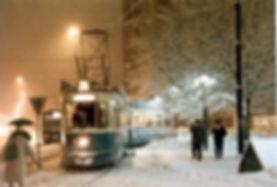 M4-Tw 2461 + m4-Bw 3498 in der Wendeschleife Sendlingertorplatz bei dichtem Schnee Januar 1982 tram München