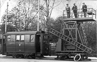 Der aus einer Akkulok entstandene Arbeitswagen Nr. 5 mit Turmwagen münchen tra tambahn oberleitung turmwagen
