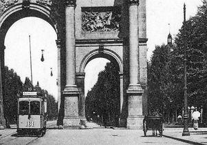A2-Tw 161 fährt durch das Siegestor auswärts 1909 tram münchen