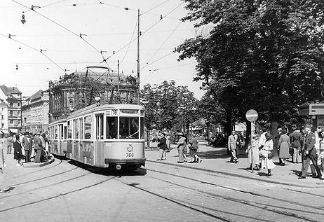 M1-Tw 766 + m1-Bw 1601 an der Haltestelle Karlsplatz-Nord einwärts  22.6.1952 tram München