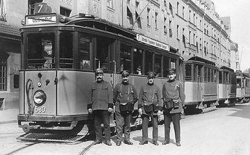 Die 1925/26 gelieferten Fahrzeuge des Typs E trafen nicht den Geschmack der Münchner. Triebwagen 580 mit zwei Beiwagen in Schwabing, 1926. Archiv FMTM e.V. tram ünchen
