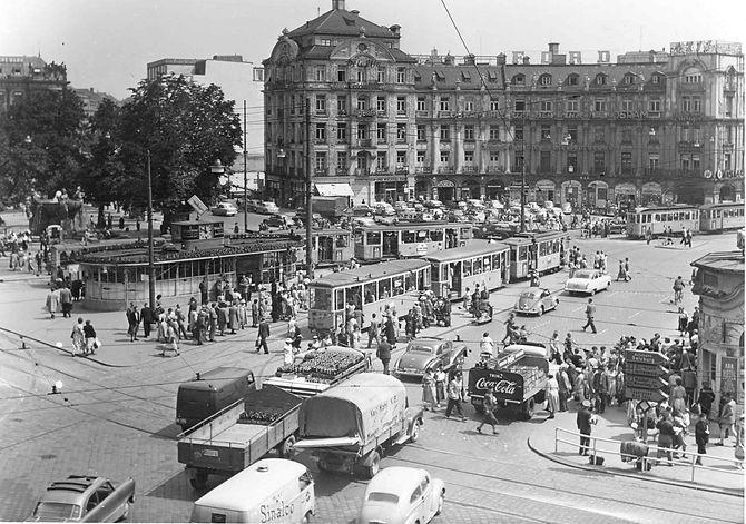 Der Stachus: Verkehrsreichster Platz Europas, 1955.  tram münchen trambahn