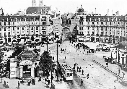 Zug mit A-Tw und o-Bw an der Haltestelle Stachus auswärts 1908 tram münchen