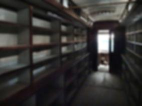 Seltener Blick in das heute erstaunlich gut erhaltene Innere der Wanderbücherei. münchen tram
