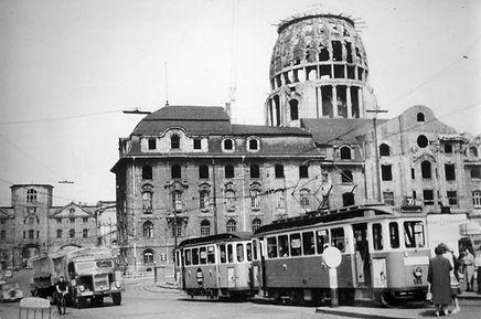 E-Tw 565 an der Arnulf-/Seidlstraße mit Ruine des Verkehrsministeriums 1957 tram münchen