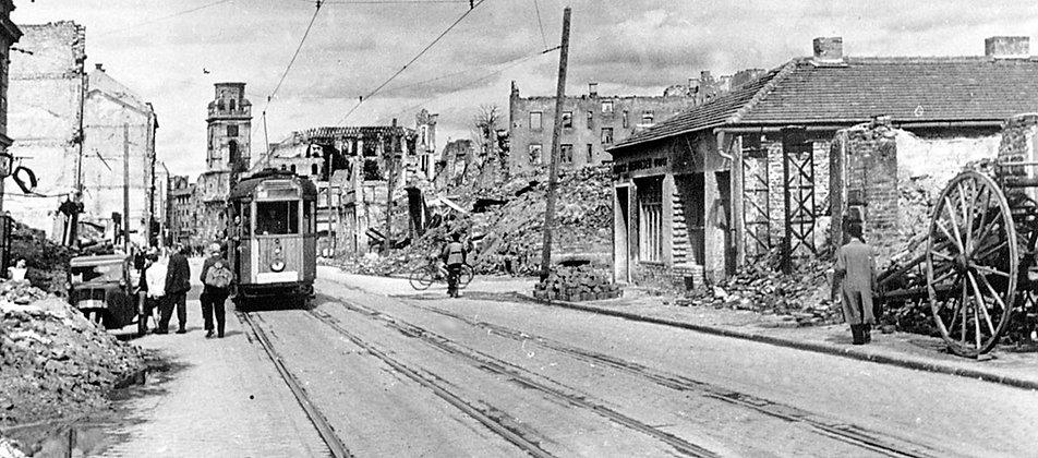 München nach dem Zweiten Weltkrieg: Am 16.8.46 rumpelt ein behelfsmäßig aufgebauter K-Triebwagen der Linie 7 durch die kriegszerstörte Augustenstraße in Richtung Stadtmitte. münchen tram