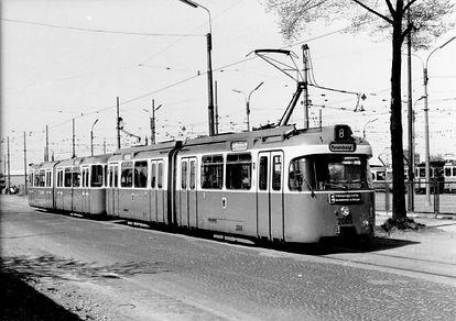 Diese im April 1968 entstandene Aufnahme zeigt einen Zug, gebildet aus dem Triebwagen 2005 und demBeiwagen 3005vor dem ehemaligen Straßenbahnbetriebshof 4 in der Soxhletstraße. Bild Archiv FMTM eV. tram münchen