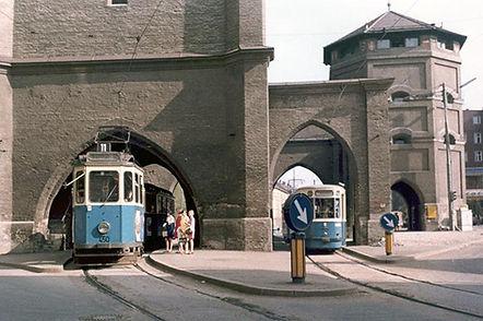 D-Tw 450 fährt durch das Isartor einwärts März 1968 tram münchen