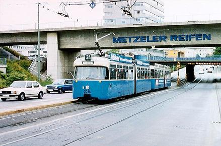Tw 2036 + Bw 3022 hat die Eisenbahn-Unterführung Rosenheimer Straße passiert tram München