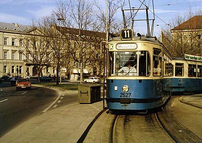 M5-Tw 2527 + m5-Bw 3506 in der Endhaltestelle Maximiliansplatz Januar 1980 tram münchen