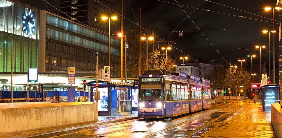 Nachtschwärmer-Express: Linie N17 auf dem menschenleeren Vorplatz Hauptbahnhof Januar 2018 tram münchen
