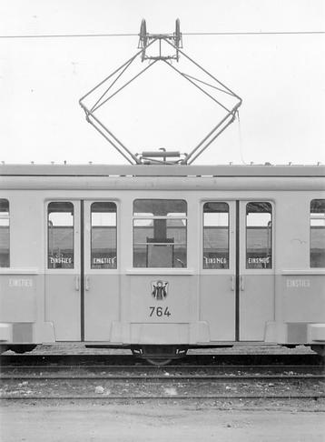 münchen tram trambahn Exakt über der Mittelachse ist der Scherenstromabnehmer angebracht. Die zwei Mitteltüren sollen für großzügige Einstiegsverhältnisse sorgen