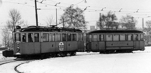 """Im März 1952 im Schnee steht der E-Tw 553 + e-Bw 1194 der Linie 4 in der Wendeschleife Hanauer Straße mit Zielschild """"Ramersdorf"""" tram trambahn München"""