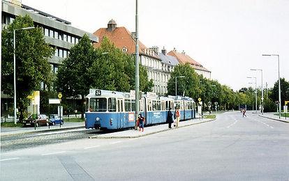 Linie 24 mit Bw 3022 + Tw 2036 an der Haltestelle Ramersdorf auswärts am 14.10.1980 tram trambahn ramersdorf münchen