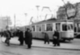 M1-Tw 765 an der Haltestelle Karlsplatz Süd Richtung Sendlinger Tor 3.1.1955 tram münchen