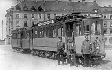 Im Sommer 1926 steht ein fabrikneuer Zweiwagenzug der Serie E/e mit dem führenden Triebwagen 589 an der Endhaltestelle Hofmannstraße der Linie 6 zur Fahrt nach Schwabing bereit münchen tram