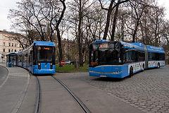 Neue Fahrzeuggenerationen: Variobahn und Hybrid-Gelenkbus. tram münchen bus