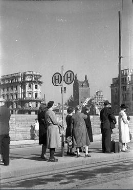 1947 Stachus Haltestelle.jpg