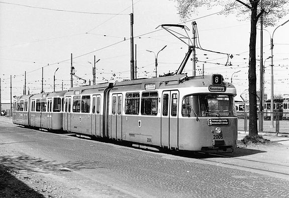 P3-Tw 2005+p3-Bw 3005 vor dem Betriebshof Soxhletstraße am 20.4.1968 Tram Trambahn München