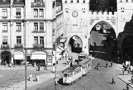 E-Tw + Bw fährt durch das Karlstor auswärts 1938 münchen tram