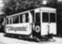 Auch die Trambahn dient der Propaganda zur Kriegsvorbereitung: Werbung für die Volksgasmaske auf einem A-Wagen, 1938. Archiv MVG münchen tram
