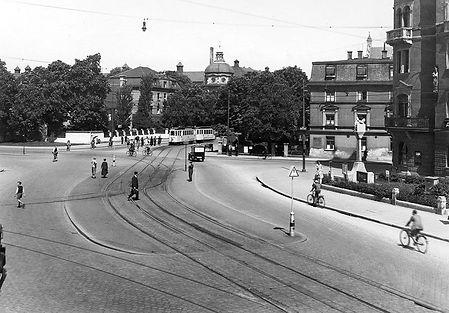 Linie 21 münchen tram trambahn rotkreuz platz Blick auf den Rotkreuzplatz mit E-Zweiwagenzug der Linie 21