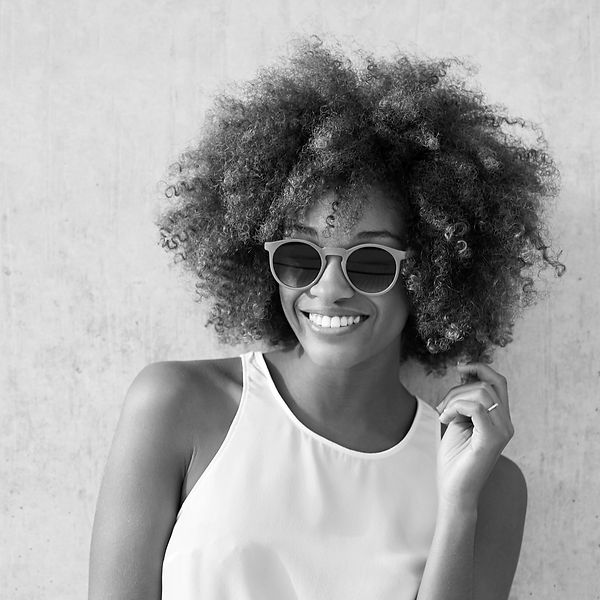 Woman with Curly Hair and Sunglasses_edi