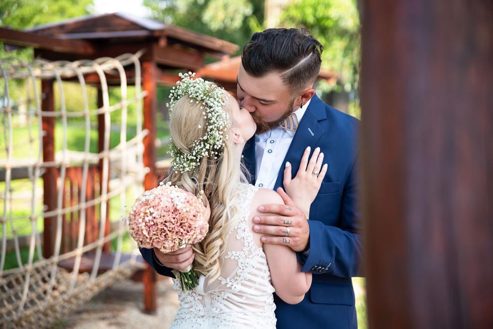 svatební focení polibek