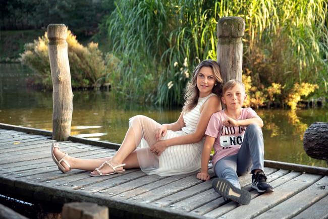 maminka se synem v přírodě