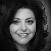Angie-profile-noir.jpg