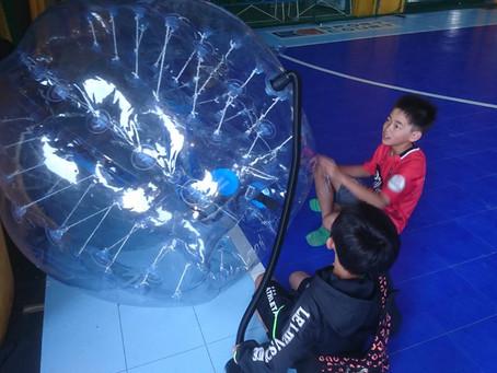 小学生とバブルサッカー