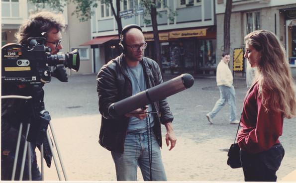 """Dreh zu """"Freiheit stirbt mit Sicherheit"""" - Horst Herz (re) + Winfried Bettmer (Mitte). Interview mit Sprecherin von SOS Rassismus in Frankfurt Gefördert vom Filmbüro NRW Co-Prod WDR, Red.:Werner Filmer. Eröffnungsfilm der Filmwoche Duisburg"""