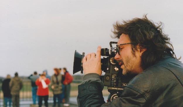Horst Herz, Filmemacher, Director beim Dreh mit der ARRI 16 'SR 16 mm Kamera in Gorleben (Foto c Angelika Dreischulte)