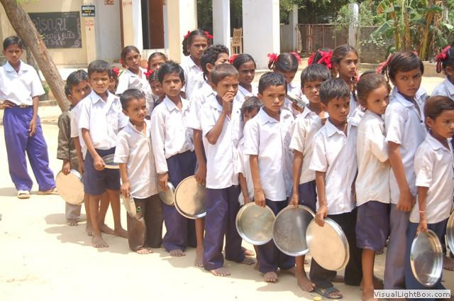 students_waiting_akshayapatra_food1.jpg