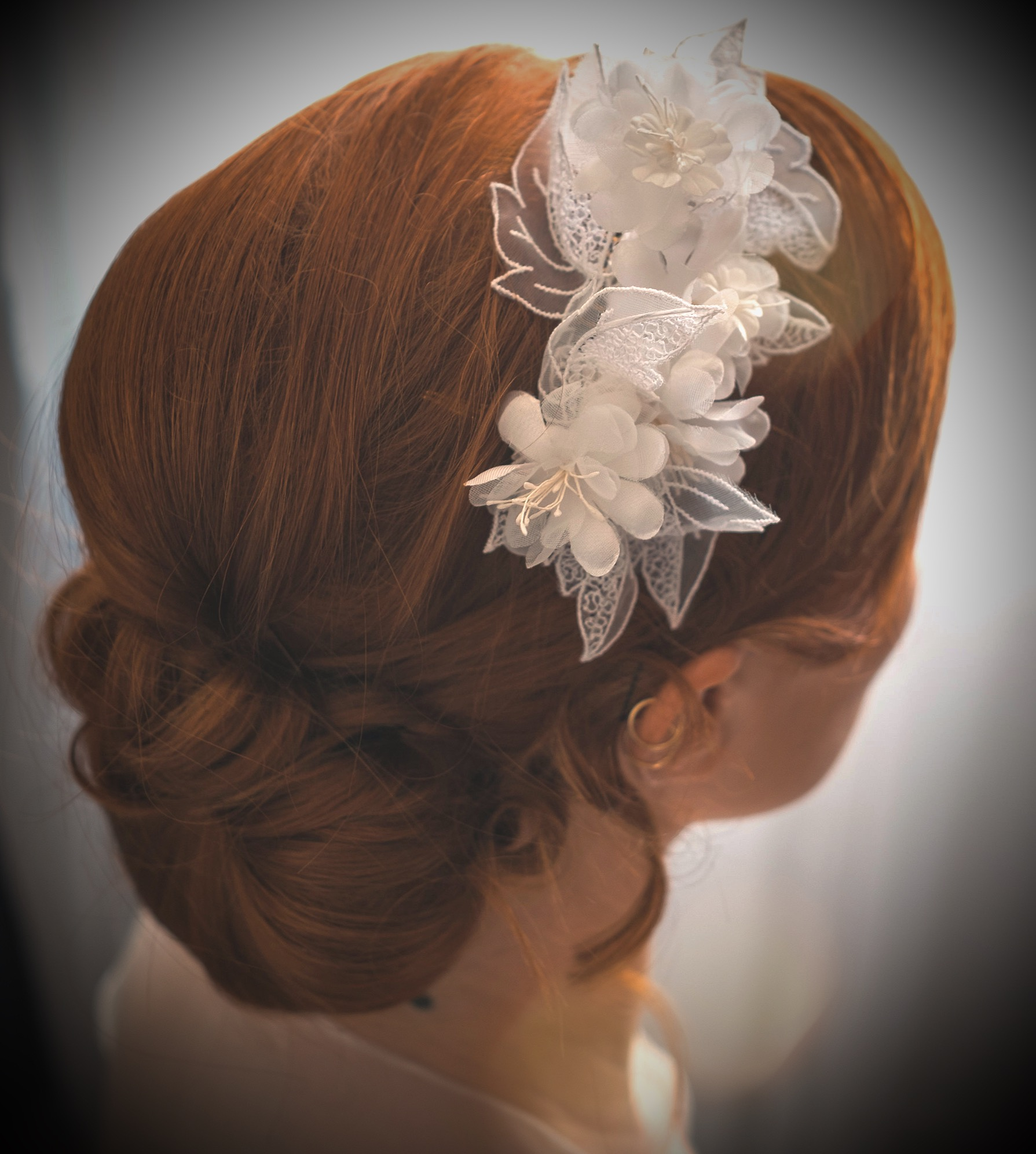 Peigne de mariage orné de fleurs blanches