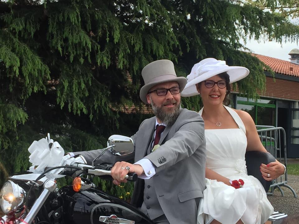couple de mariée sur moto avec capeline