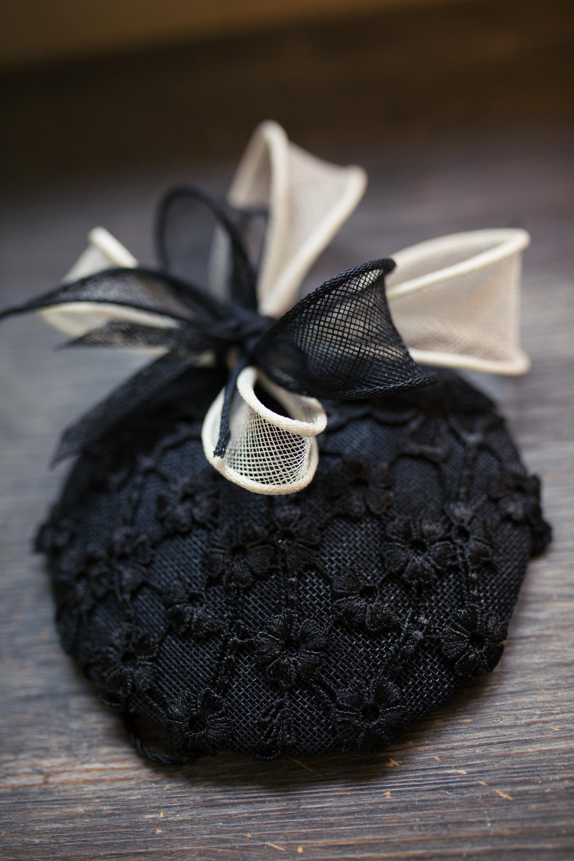 un bibi noir, couvert dentelle noire