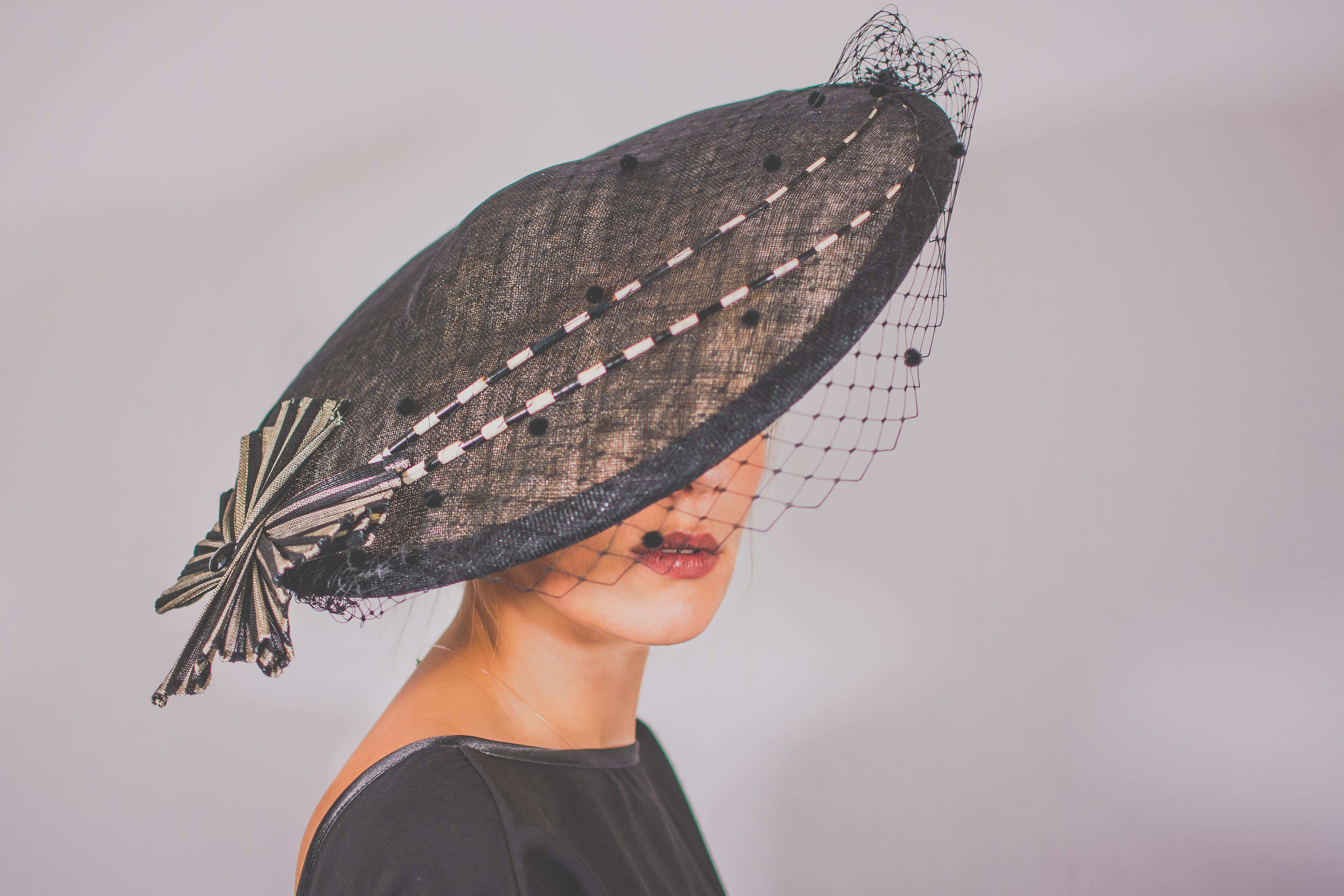 Capeline noire et élégante noeud