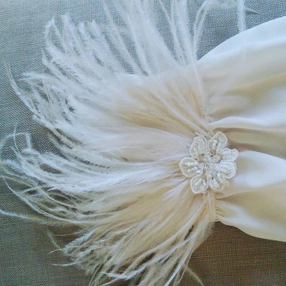 bas manche robe de mariée en plumes
