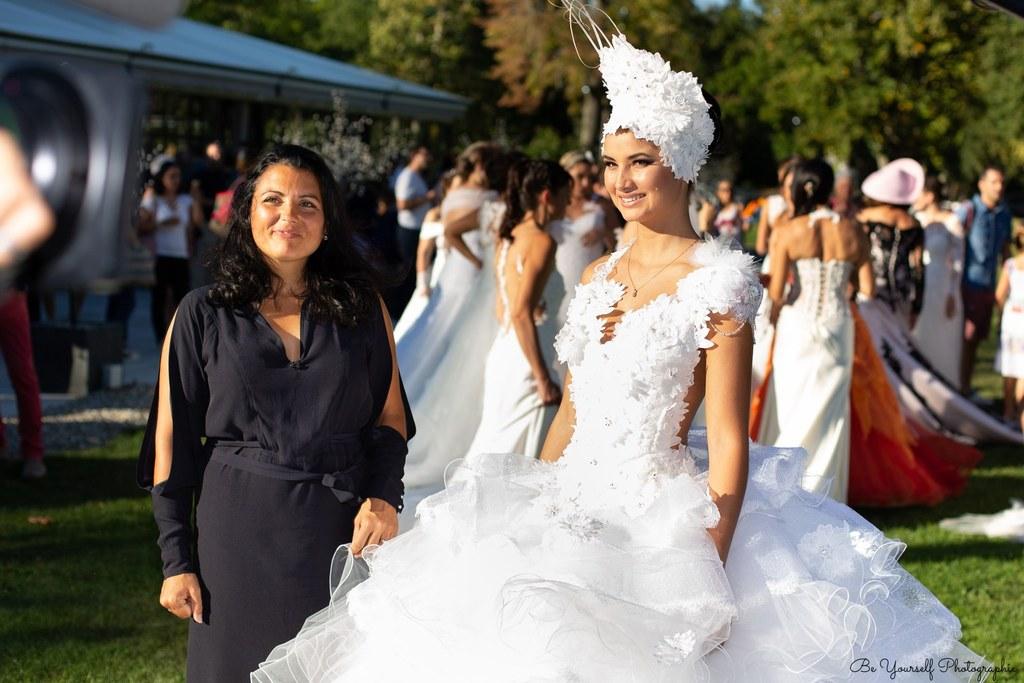 mariée porte un diadème en dentelle