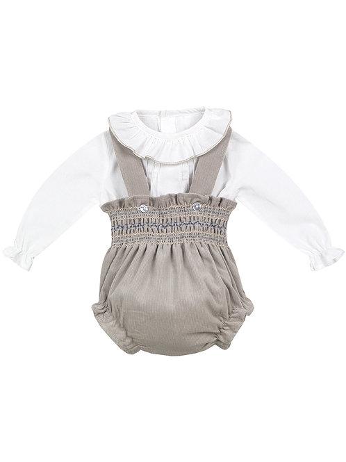 Zweiteiliges Babyoutfit bestehend aus weißer Bluse mit Rüschenkragen und beigem Cord-Romper.