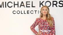 Blake Lively aposta em um vestido romântico florido para a primeira fila do Michael Kors no NY Fashi