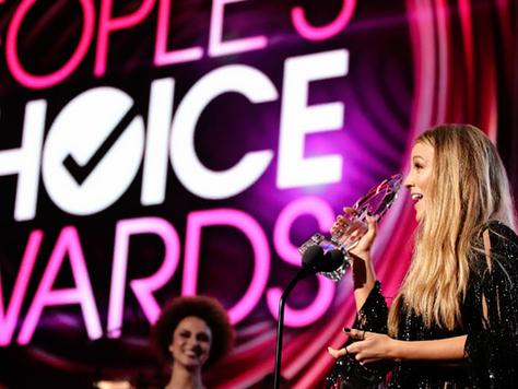 """Blake Lively ganha prêmio """"ATRIZ FAVORITA EM FILME DE DRAMA"""" no People's Choice Awards"""