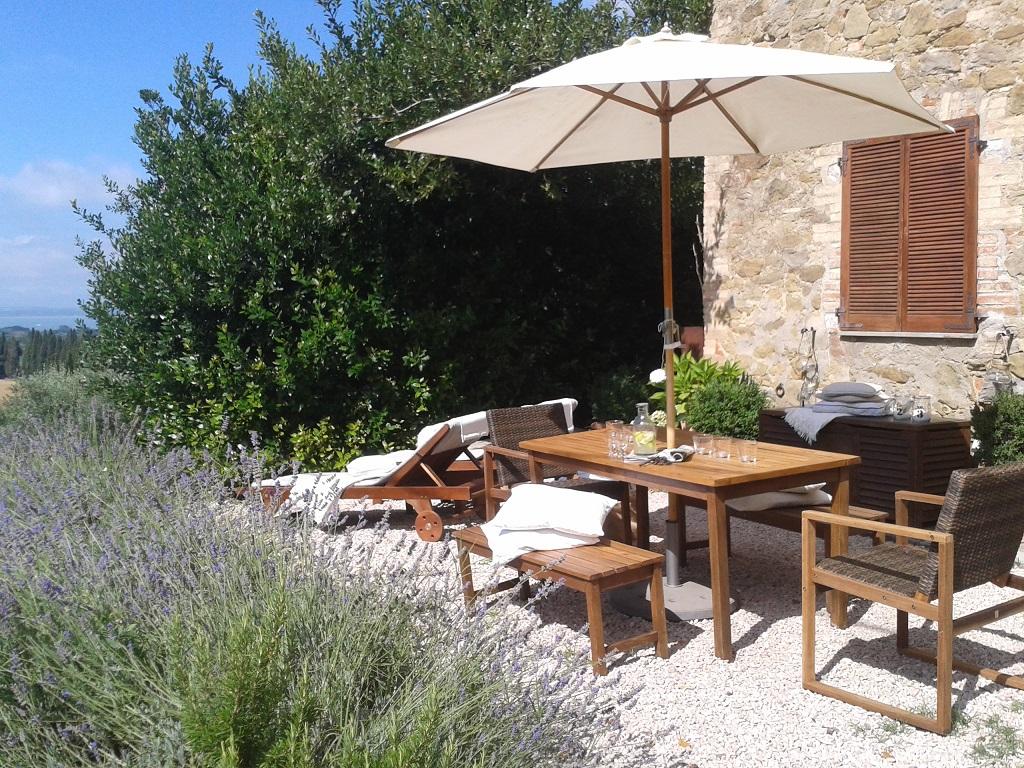 La Torretta 42 Terrasse mit Blick in den Garten