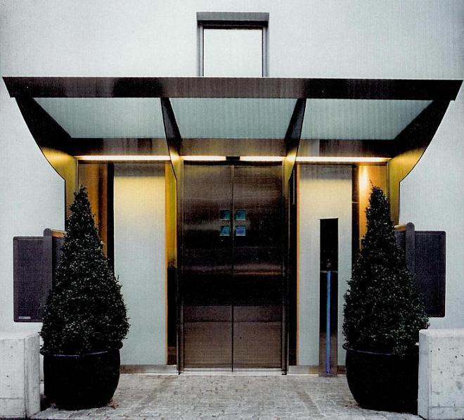 Haupteingang mit Vordach