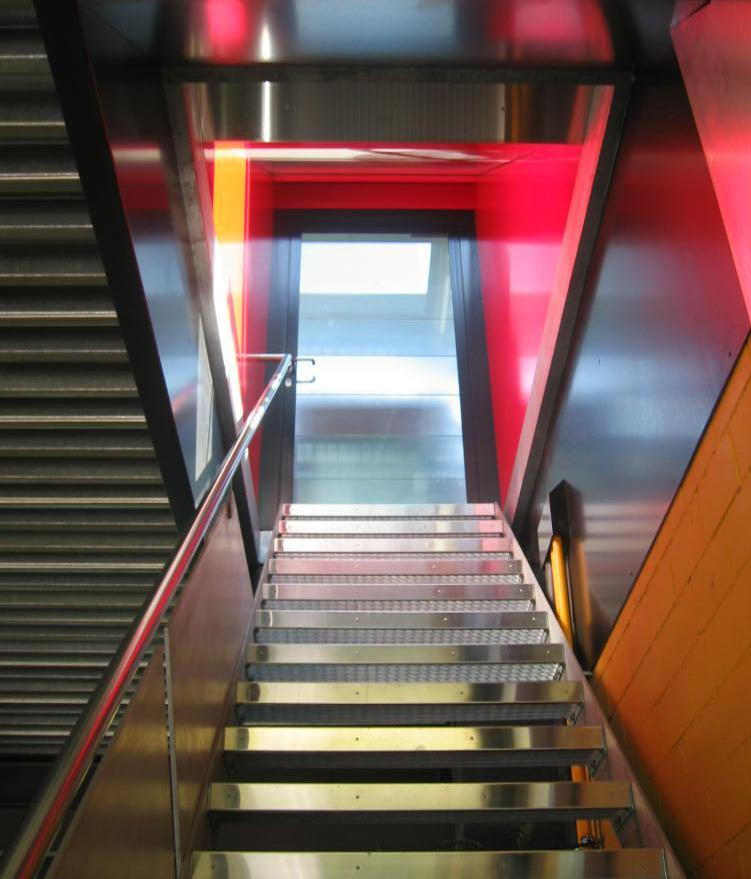 Stahltreppe mit Gitterrosttritten
