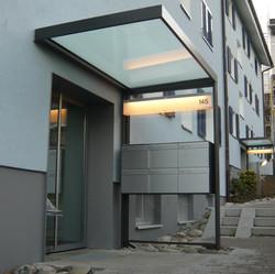 Hauseingänge mit Vordacher