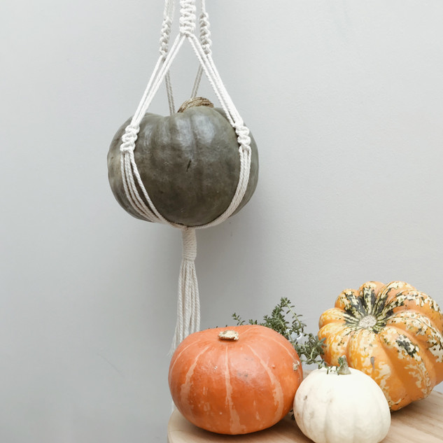Macrame for Halloween: Pumping holder
