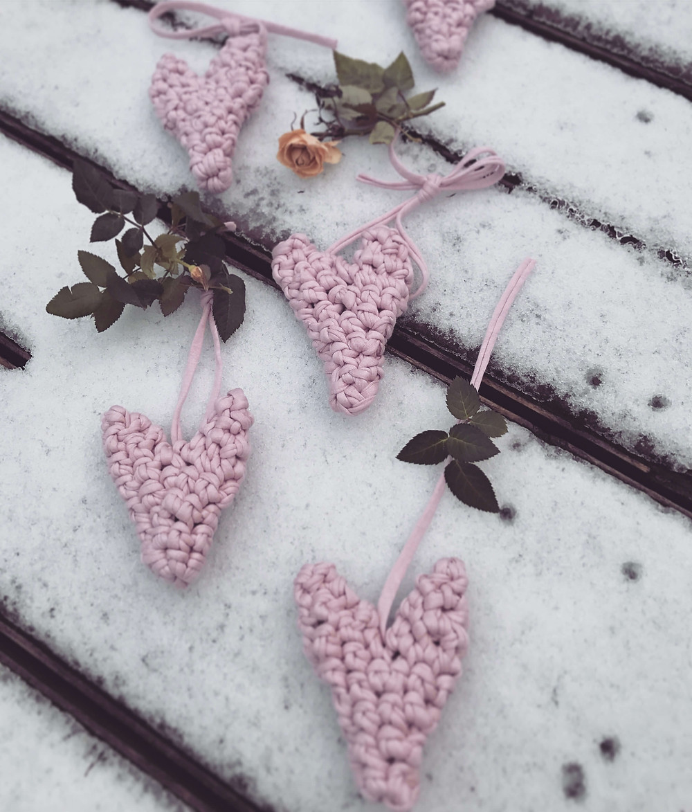 adorable little chunky crochet hearts in the snow