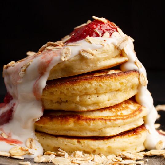 Pancakes de Harina Integral con Yogurt Griego y Granola con Mermelada Casera